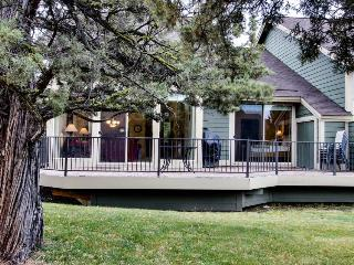 Expansive deck, WiFi, fireplace, resort amenities abound! - Redmond vacation rentals