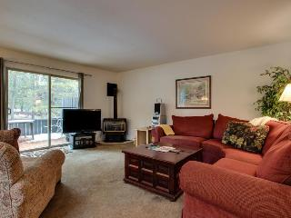 Sunriver condo close to the Village & SHARC, sleeps 6! - Sunriver vacation rentals