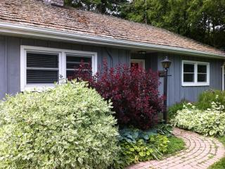 Goodwin Cottage, cozy 2 bedroom cottage with firep - Niagara-on-the-Lake vacation rentals