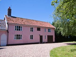 ST MICHAEL'S COTTAGE, wooden beams, woodburning stove, in rural location in Bungay Ref 22136 - Diss vacation rentals