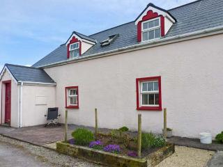 FUSCIA COTTAGE, solid fuel stove, en-suite facilities, open plan living area, near Waterville, Ref: 25205 - Portmagee vacation rentals