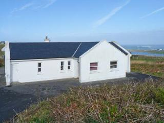 MONTBRETIA LODGE, beautiful views, en-suite facilities, open fire, in Louisburgh, County Mayo Ref. 25090 - Louisburgh vacation rentals