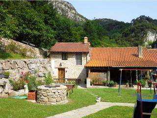 CASA LA TABLÁ - Casa Rural con jardín - ASTURIAS - Pesues vacation rentals