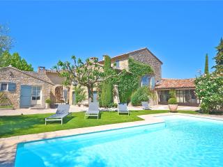 St Roch's Farmhouse: Luxury holiday home with heated pool in the heart of Provence - Grans vacation rentals