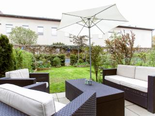 BEAUTIFUL GARDEN MAISONETTE CLOSE TO CITY - Munich vacation rentals