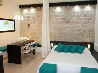 Malo more - luxury 4* apartment in Trogir center - Maslinica vacation rentals