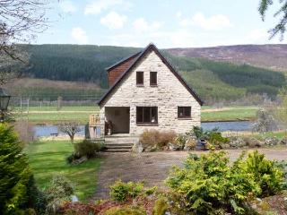 KERROWBURN LODGE, quality cottage by river, open fire, en-suite, tranquil setting, Cannich Ref 25665 - Inverness vacation rentals