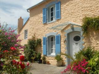 PAIMPOL house with heated pool, 3km from the sea - Pontrieux vacation rentals