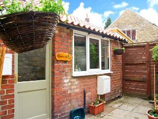 CHESTNUTS, spacious cottage overlooking village green, ideal touring base, pet welcome, Thornton-le-Dale Ref 21620 - Kirkbymoorside vacation rentals