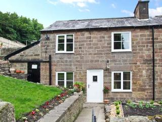 FLAG COTTAGE, all ground floor, character features, side lawned garden, in Cromford, Ref 25467 - Derbyshire vacation rentals