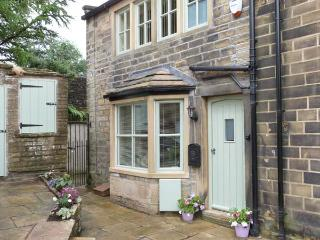 CHLOE'S COTTAGE, luxury, stone-built cottage, central location, parking and courtyard, in Haworth, Ref 26945 - Bradford vacation rentals