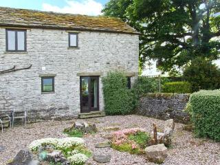 THE COTTAGE, character cottage, dog-friendly, wonderful countryside views, in Peak Forest, Ref 5630 - Eyam vacation rentals