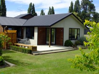 Wanaka Alpine Apartment - Modern, spacious... - Wanaka vacation rentals
