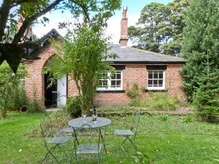 BOUSDALE COTTAGE, pet-friendly, open fire, enclosed garden, near Guisborough, Ref. 25855 - Guisborough vacation rentals