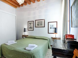 Comfortable Apartment Alle Bifore, near Casinò and train station, 12/15 minutes to Rialto and 15/18 minutes to San Marco - Venice vacation rentals