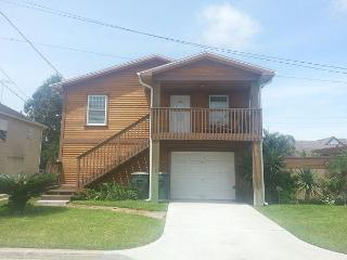 Clean- Sleeps 6- Minutes to Beach, Shops, Restaurants & FUN - Galveston vacation rentals