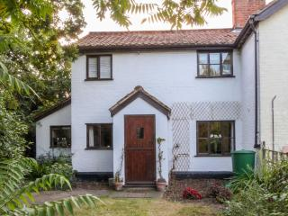 LITTLE SWATTESFIELD COTTAGE, character features, beamed ceiling, woodburning stove near Eye, Ref 23599 - Eye vacation rentals