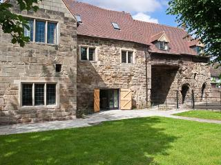GATEHOUSE CROFT, over three floors, woodburner, off road parking, garden, in Tamworth, Ref 27120 - Tamworth vacation rentals