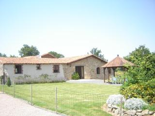 4 bed cottage,sleeps 8, indoor heated pool,wifi, - Bressuire vacation rentals