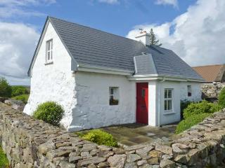 TIGH MHICIL, pet-friendly, woodburner, pretty views, near Rosmuc, Ref. 26363 - Oughterard vacation rentals