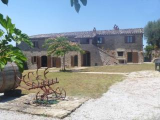Traditional Large Farmhouse Villa With Private Infinity Pool, Large Gardens And La Dolce Vita - Umbria vacation rentals