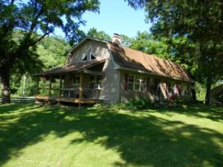 Llaughing Llama Farm: Grandpa Llama Cabin - Boscobel vacation rentals