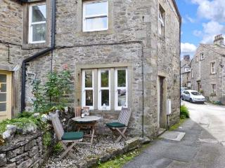 1 BROWN FOLD, stone-built terraced cottage, woodburner, close to amenities, in Grassington, Ref. 18832 - Grassington vacation rentals