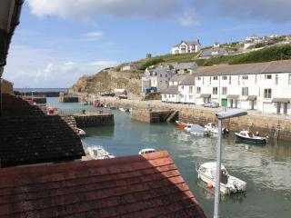 Relax in comfort next to Portreath harbour - Portreath vacation rentals