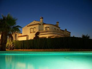Sunny villa with large pool & beautiful ambience - Cambrils vacation rentals