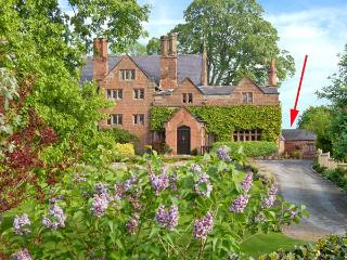 THE STUDIO AT MANOR HOUSE, Grade II listed detached cottage, romantic retreat, countryside views, in Eccleston, near Chester, Ref 27155 - Chester vacation rentals