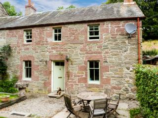 BLOSSOM COTTAGE, WiFi, dogs welcome, woodburner, lovely rural location near Dunkeld, Ref. 27707 - Alyth vacation rentals