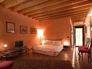 La Camaldola the B&B immersed in the beautiful green of Verona, Orange room - Verona vacation rentals