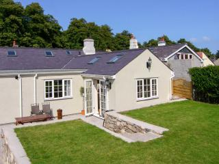 BRAMLEY COTTAGE, woodburner, cosy traditional cottage, close to the coast, castle and amenities, in Beaumaris, Ref. 24915 - Llanrug vacation rentals