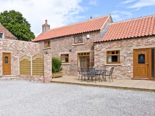 PARTRIDGE COTTAGE, luxury with hot tub, romantic retreat, four poster bed, in Stamford Bridge, Ref 16094 - York vacation rentals