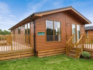 LANCASHIRE LODGE, log cabin, ground floor, hot tub, pet-friendly, in Kiplin, Ref 27295 - Kiplin vacation rentals