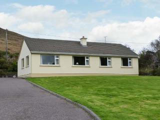 HEATHER GLEN, single-storey cottage, open fire, enclosed garden, pet-friendly, near Glenbeigh, Ref 27305 - Glenbeigh vacation rentals