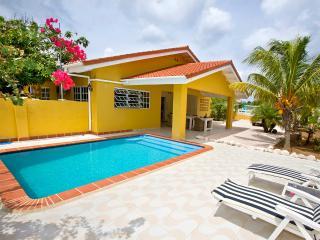 Villa Amarilla, privé zwembad en voordelige auto - Curacao vacation rentals