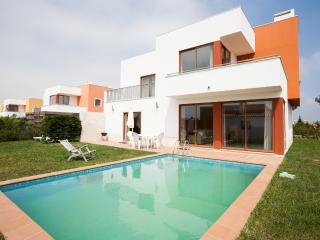 426721 - Lagoon View, Spacious Modern Villa with Private Pool close to Golf and Surf, Sleeps 6/8 - Obidos - Foz do Arelho vacation rentals