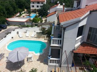 Beautifull Villa with pool,  7 bedrooms  4 bathrooms 125 meters from sea suited for 14 persons - Banjole vacation rentals
