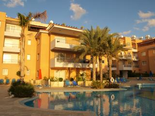 Paphos apartment with large pool, balcony and wifi - Paphos vacation rentals