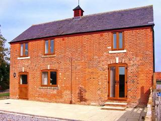 STABLES COTTAGE, detached barn conversion, on a working arable farm, en-suite, light and airy accommodation, near Bowerhill and  - Marlborough vacation rentals