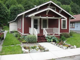 1917 Roailroad cabin in quiet Skykomish Wa - Gold Bar vacation rentals