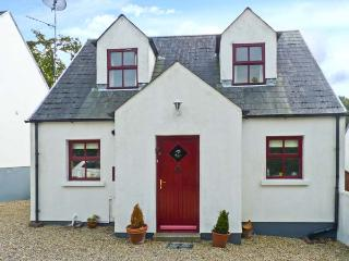 2 WOODLAWN, detached cottage, open fire, off road parking, enclosed garden, in Arthurstown, Ref 28006 - County Wexford vacation rentals