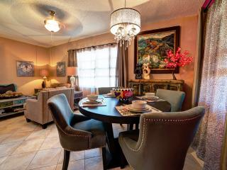 Palm Cottage. Screened & sun patios. Upscale. - Fort Lauderdale vacation rentals