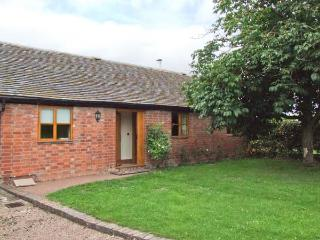 DOVE COTTAGE, charming detached ground floor property, private enclosed garden, en-suite facilities, near Drakes Broughton and P - Ledbury vacation rentals