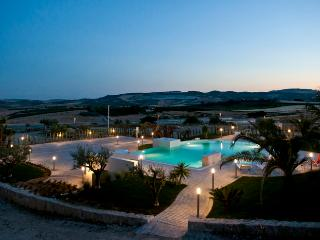 VILLA VALLE DEI TEMPLI: luxury villa surrounded by nature, pool with hydromassage - Licata vacation rentals