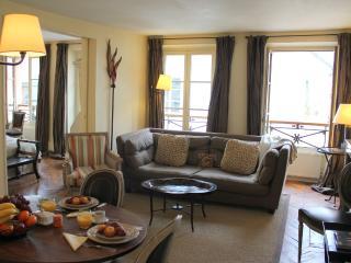 Marais Elegance - Chic Hotel de Ville 2 bedroom apartment - Paris vacation rentals