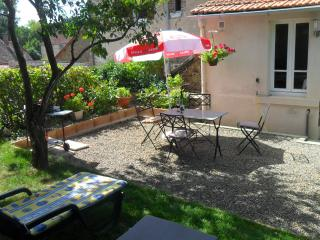 18C holiday cottage in a quiet village location. - La Souterraine vacation rentals
