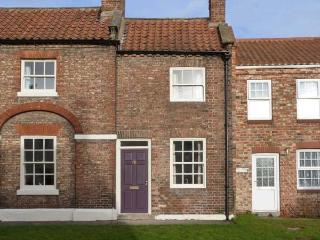 CHAPEL COTTAGE, period stone cottage, open fire, enclosed courtyard, in York, Ref 28836 - Easingwold vacation rentals