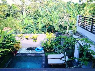 View of the garden and pool from the deck - Yogi's Gem2! Modern, POOL, Wifi, AC - West Sulawesi - rentals